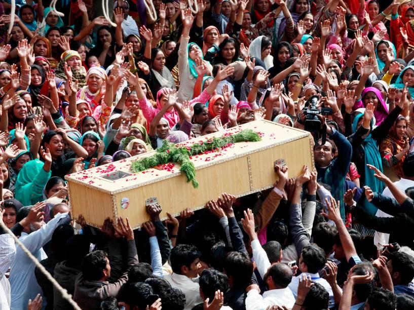 Cristãos carregam caixão de uma das vítimas mortas por um ataque suicida contra igreja em Lahore (Paquistão); 14 pessoas foram mortas e cerca de 80 feridas durante culto realizado pela igreja -17/03/2015
