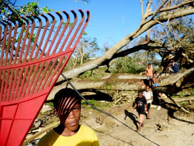 Crianças brincam entre escombros causados pelo ciclone Pam em Vanuatu (Pacífico Sul) - 17/03/2015