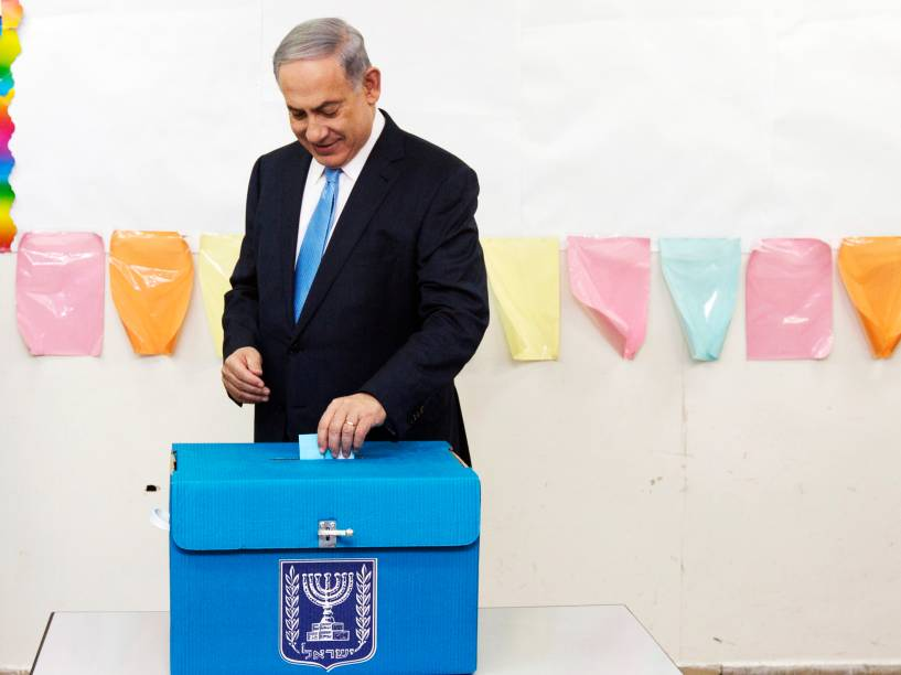 O primeiro ministro de Israel, Benjamin Netanyahu, lança seu voto durante as eleições em Jerusalém - 17/03/2015
