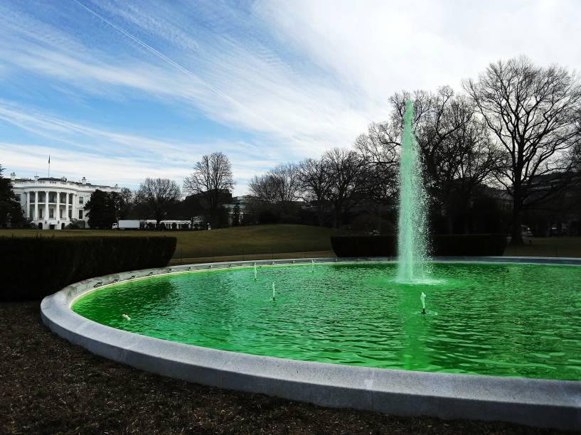 Água da fonte do Gramado Sul da Casa Branca, em Washington, foi tingida de verde para celebrar o Dia de São Patrício, nos EUA. O presidente Barack Obama recebrá no fim da tarde o primeiro-ministro da Irlanda, Enda Kenny - 17/03/2015
