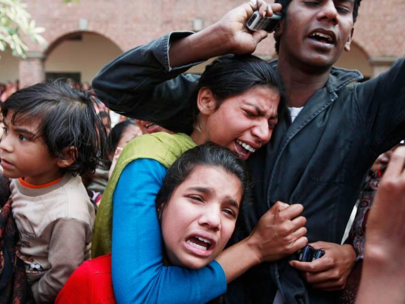 Mulheres choram durante funeral de um familiar que foi morto em um ataque suicida à igreja cristã em Lahore, no Paquistão - 17/03/2015