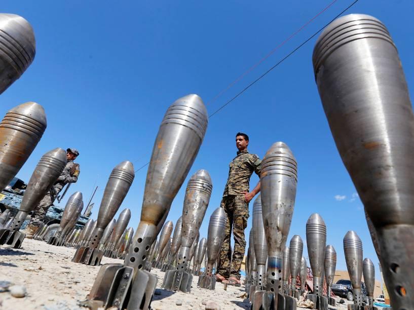 Membros das forças de segurança iraquianas entre munições que estão sendo exibidas na província de Salahuddin al-Alam - 17/03/2015