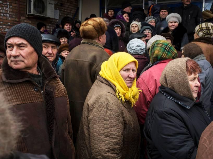 Pessoas esperam em fila para receber ajuda humanitária na cidade de Debaltseve, ao nordeste de Donetsk (Ucrânia) - 17/03/2015