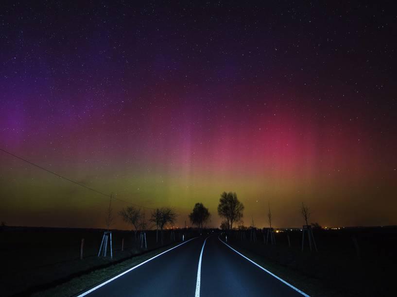 Uma aurora boreal é fotografada no céu nos arredores da cidade de Lietzen, na Alemanha