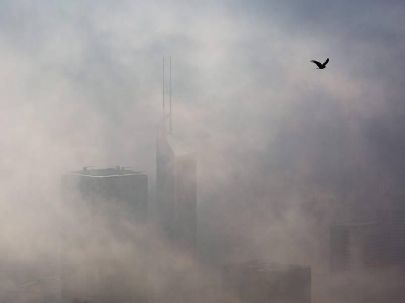 Uma densa neblina cobre os edifícios em Hong Kong - 18/03/2015