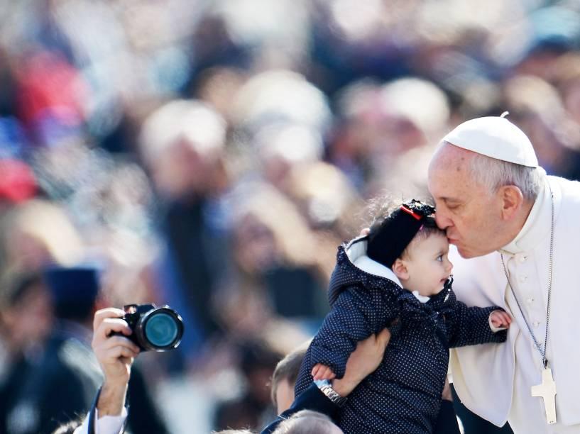 Papa Francisco beija uma bebê em sua chegada ao Vaticano para a audiência geral semanal - 18/03/2015