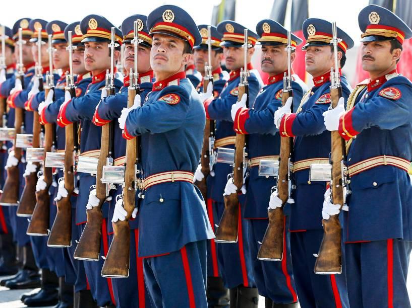 Guardas em posição durante cerimônia de formatura na Academia Nacional Militar em Cabul, no Afeganistão - 18/03/2015