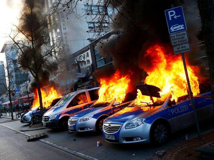 Carros da polícia alemã são incendiados por manifestantes anti-capitalistas perto do Banco Central Europeu (BCE); horas antes da abertura oficial da nova sede em Frankfurt (Alemanha) - 18/03/2015