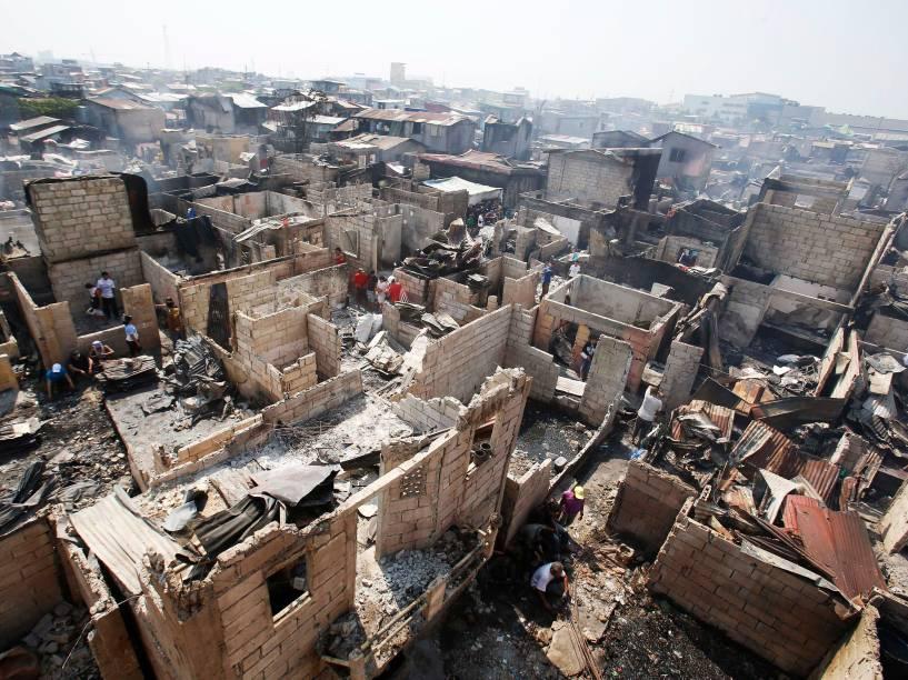 Centenas de casas são destruídas após incêndio em Malabon, área metropolitana de Manila, nas Filipinas. Segundo a imprensa local, duas pessoas morreram e cerca de 500 famílias ficaram desabrigadas no incêndio causado por um curto-circuito - 18/03/2015