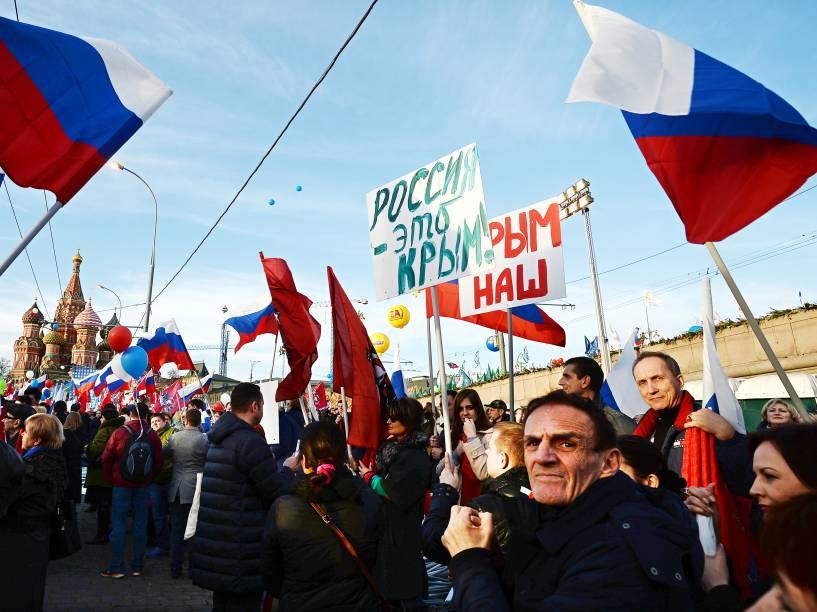 Ativistas Pro-Kremlin participam de um comício em Moscou celebrando o aniversário de um ano desde que o presidente, Vladimir Putin, assinou um contrato anexando a Crimeia ao território Russo -18/03/2015