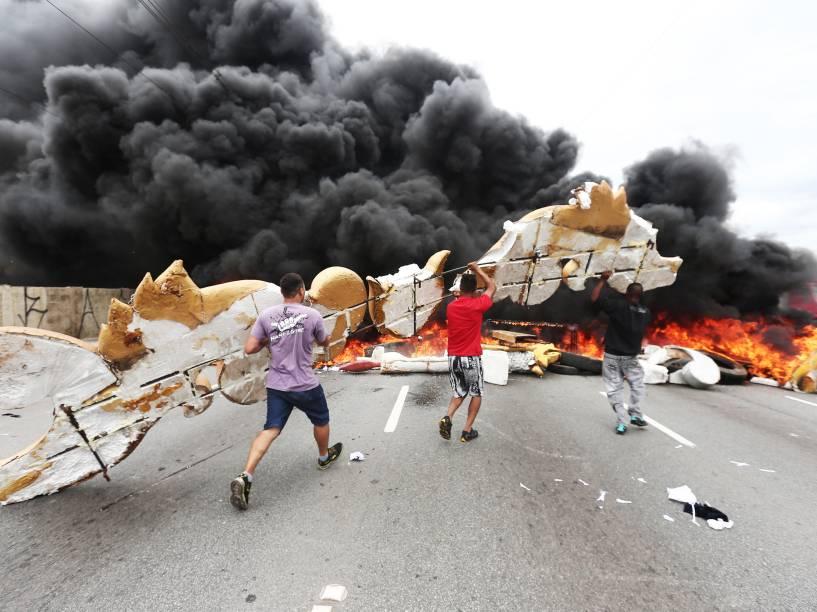 Manifestantes do MTST (Movimento dos Trabalhadores Sem Teto), protestam bloqueando a marginal Tietê, próximo ao Anhembi no sentido da rodovia Ayrton Senna, em São Paulo - 18/03/2015