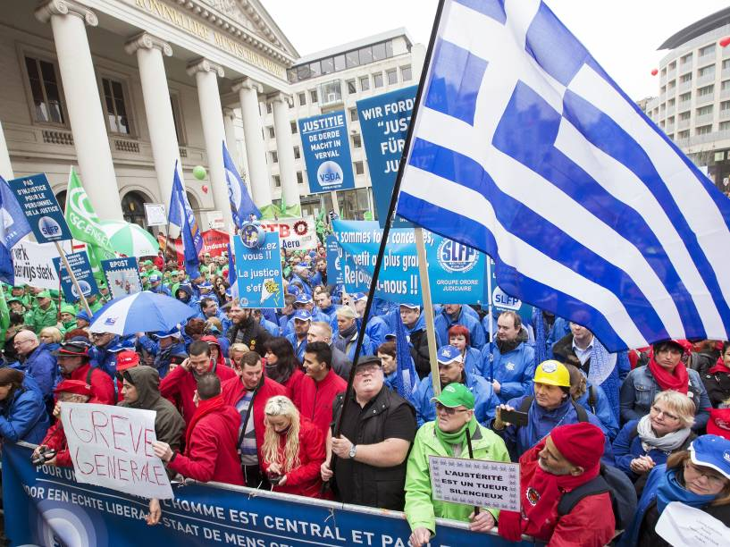 Manifestantes se reúnem no centro de Bruxelas durante reunião dos sindicatos. Milhares de trabalhadores, empregados e membros do sindicato do setor público protestam em relação às medidas de austeridade tomadas pelo governo belga - 19/03/2015