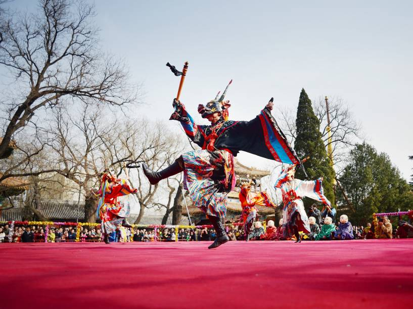 Monges tibetanos se fantasiam de demônios durante o festival chinês Da Gui, no templo Yonghe. Eles acreditam que a cerimonia afasta os problemas e os maus espíritos
