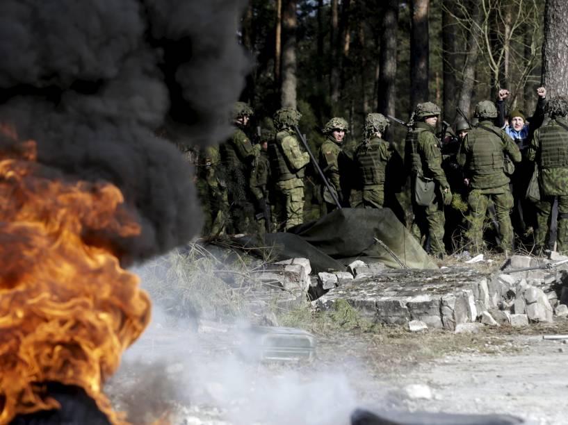 Treinamento anti-motim de uma unidade da nova força de reação rápida da Lituânia, formada em novembro de 2014 em resposta à anexação Russa da Criméia e da crise da Ucrânia