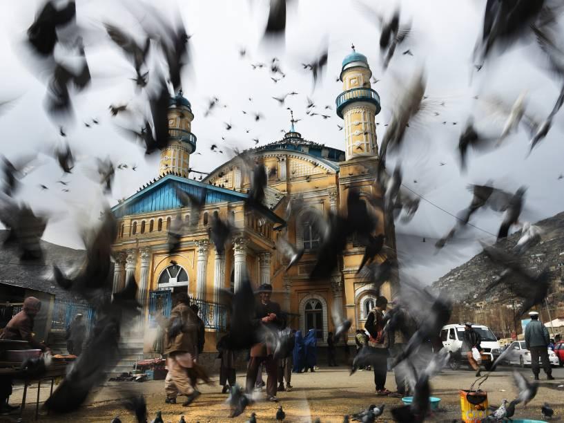 Pombos voam na frente da mesquita Shahi Doshamshira onde uma mulher afegã foi espancada até a morte e seu corpo incendiado por uma multidão, em Cabul por ter supostamente queimado uma cópia do Alcorão - 20/03/2015