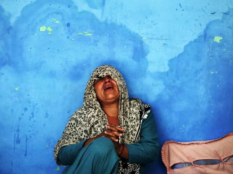 A mãe de um policial indiano, que foi morto em um ataque a um acampamento da polícia, chora em sua residência no bairro Kathua, sul do estado de Jammu, região próxima à Caxemira - 20/03/2015