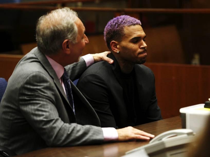 O cantor norte-americano Chris Brown, de cabelo roxo, comparece ao tribunal com seu advogado para uma audiência em Los Angeles, na Califórnia. Brown concluiu com êxito todos os termos de sua liberdade condicional devido à agressão à sua então namorada, a cantora Rihanna em 2009 - 20/03/2015