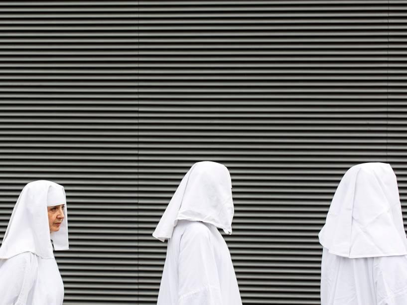 Três membros da Ordem dos Druídas caminham em direção à Tower Hill em Londres, para comemorar o Equinócio da Primavera, quando o dia e a noite tem a mesma duração. A data também simboliza nova vida, e fertilidade - 20/03/2015