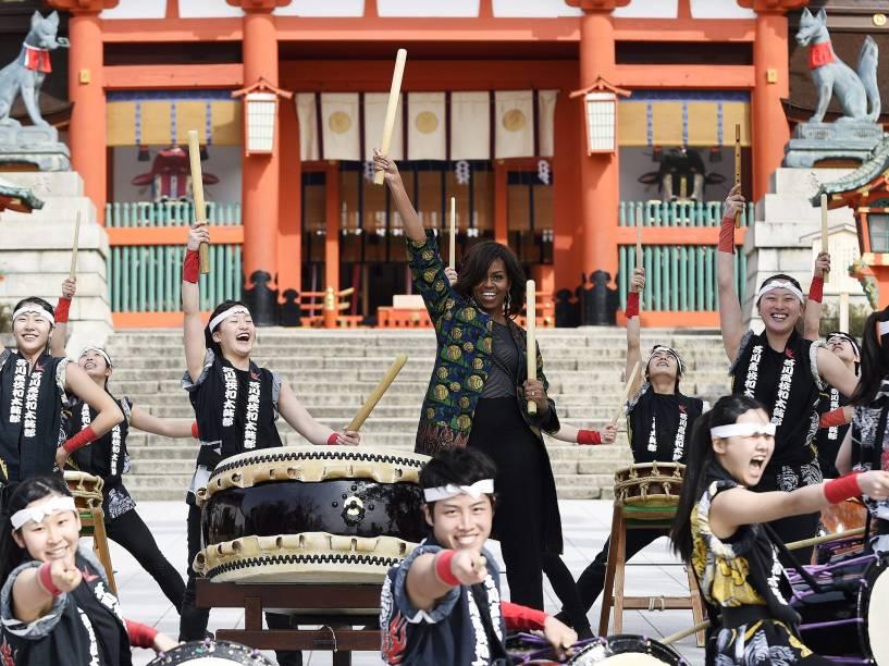 A primeira-dama dos Estados Unidos Michelle Obama, toca um tambor taiko durante visita a Tóquio, no Japão - 20/03/2015