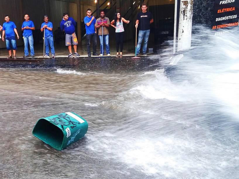 Chuva forte provoca alagamentos na rua Barão de Limeira, na região central da cidade de São Paulo na tarde desta sexta-feira - 20/03/2015