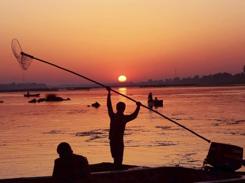 Pescadores indianos se preparam para um dia de pesca nas margens do rio Narmada, em Dewas, na Índia - 20/03/2015