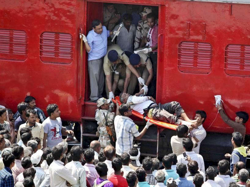 Passageiro indiano é socorrido após acidente de trem em Uttar Pradesh. O trem ultrapassou o sinal fazendo algumas carruagens saírem dos trilhos; pelo menos 30 pessoas foram mortas e 50 ficaram feridas - 20/03/2015