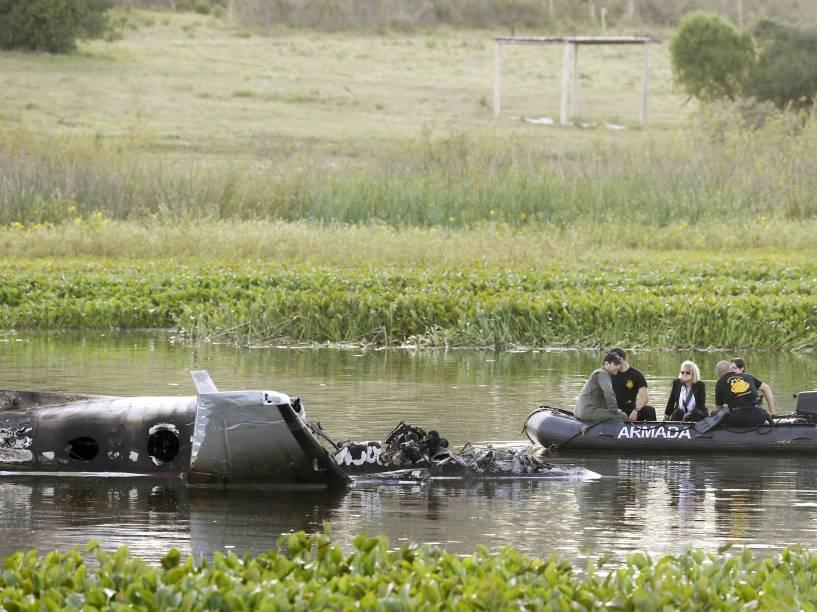 Membros da Marinha observam destroços do avião que caiu na Laguna del Sauce, (Punta del Este). O avião com dez pessoas a bordo com destino à Argentina caiu logo após decolagem, ninguém sobreviveu - 20/03/2015