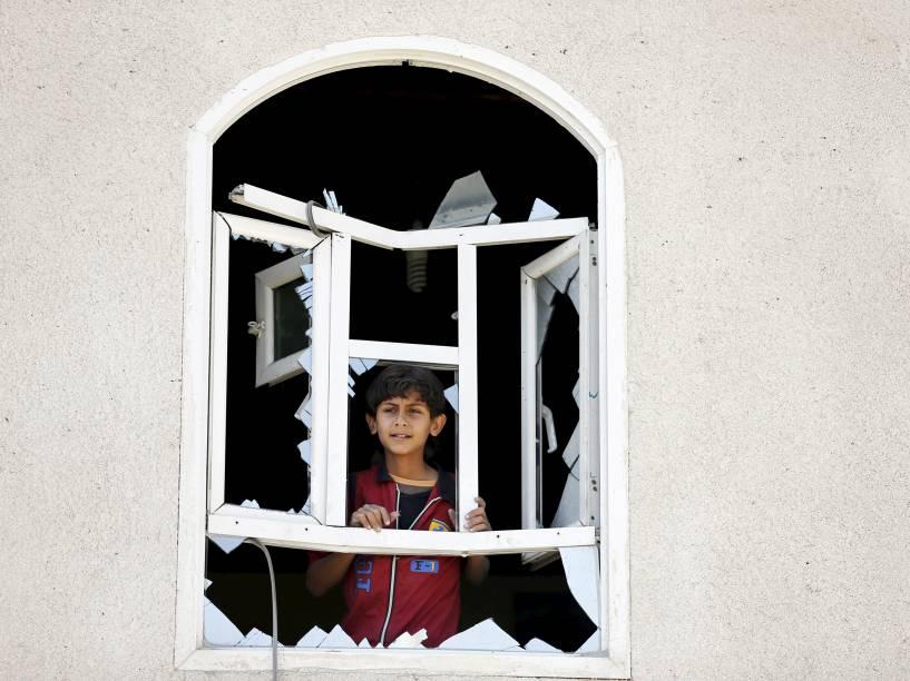 Menino olhou pela janela de sua casa danificada por um ataque aéreo perto do aeroporto de Saná, no Iêmen. A capital do país sofreu um dos bombardeios mais violentos desde o início dos ataques da coalizão árabe pela Arábia Saudita