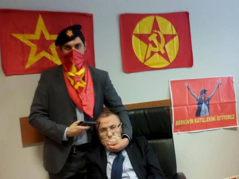 Grupo radical de extrema esquerda fez promotor Mehmet Selim Kiraz de refém, em Istambul. O Partido-Frente de Libertação Popular Revolucionária (DHKP-C) publicou uma foto com uma arma apontada para o promotor e ameaçou matá-lo se suas exigências não forem cumpridas