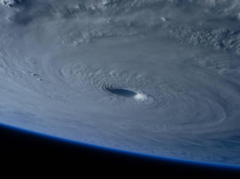 Tufão Maysak foi visto do espaço sobre o Oceano Pacífico. O fenômeno atingiu ilhas dos Estados Federados da Micronésia e deixou ao menos quatro mortos em sua passagem