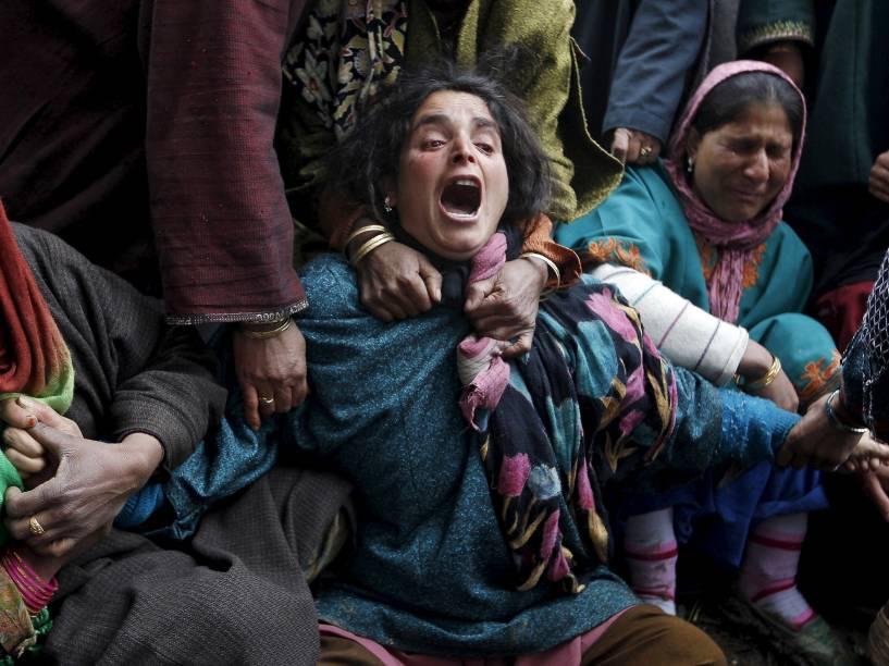 Parentes lamentaram a morte das vítimas do deslizamento de terra em Srinagar, Índia. As fortes chuvas que provocaram o desastre já causaram a morte de pelo menos 17 pessoas