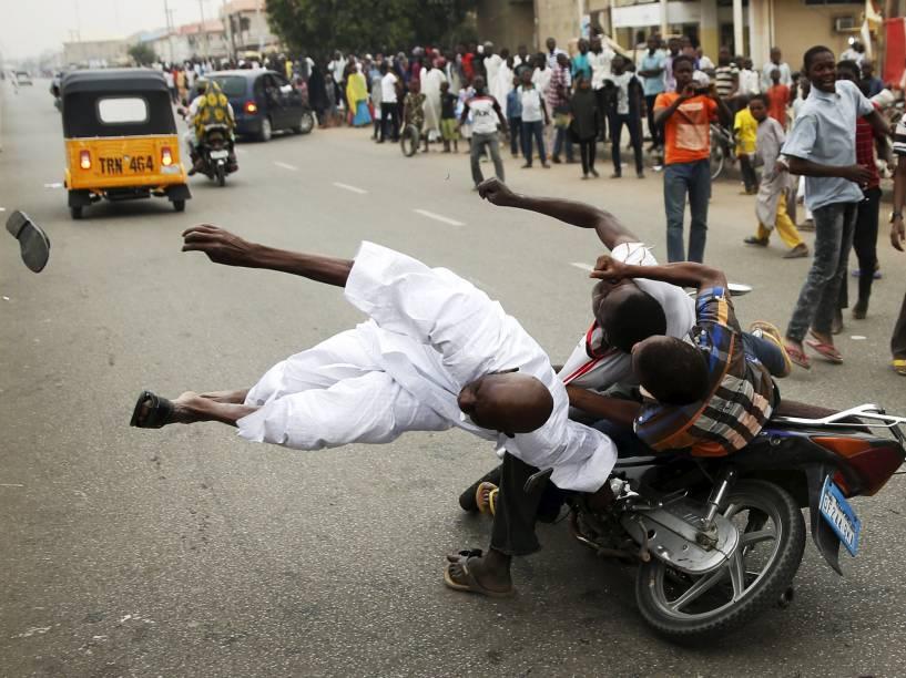 Homem foi atropelado durante festa para comemorar a vitória do candidato de oposição, Muhammadu Buhari, do partido Congresso de Todos os Progressistas (APC). As eleições presidenciais na Nigéria foram marcadas por ameaças do Boko Haram e suspeitas de irregularidades