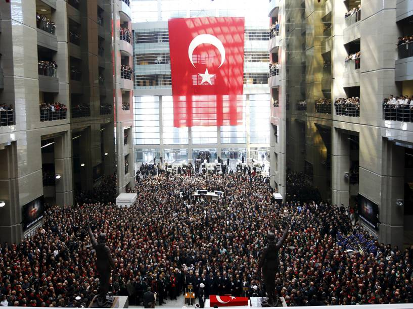 Funeral do promotor Mehmet Selim Kiraz encheu o Palácio de Justiça em Istambul. Kiraz foi feito refém por um grupo de extrema-esquerda e morreu dos ferimentos que ocorreram durante o resgate, seus dois sequestradores foram mortos