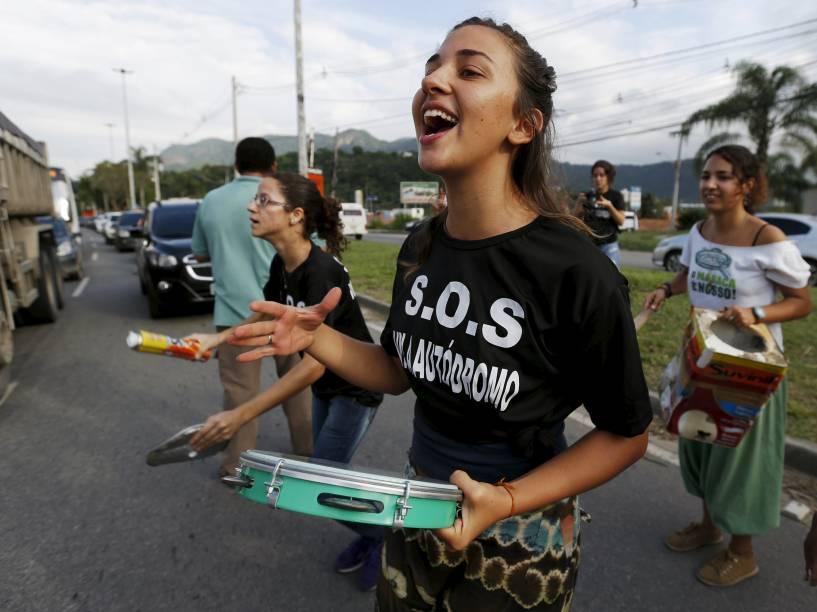 Moradores da favela Vila Autodromo bloquearam a Avenida Abelardo Bueno protestando contra as construções para os Olimpíadas Rio 2016. No dia 27 foi determinado que o local da favela seria necessário para uso público