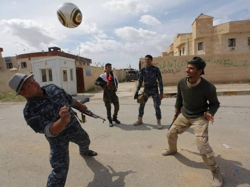Membros das forças de segurança iraquianas jogaram futebol em Tikrit. O exército iraquiano retomou recentemente o controle da cidade, que estava nas mãos dos jihadistas