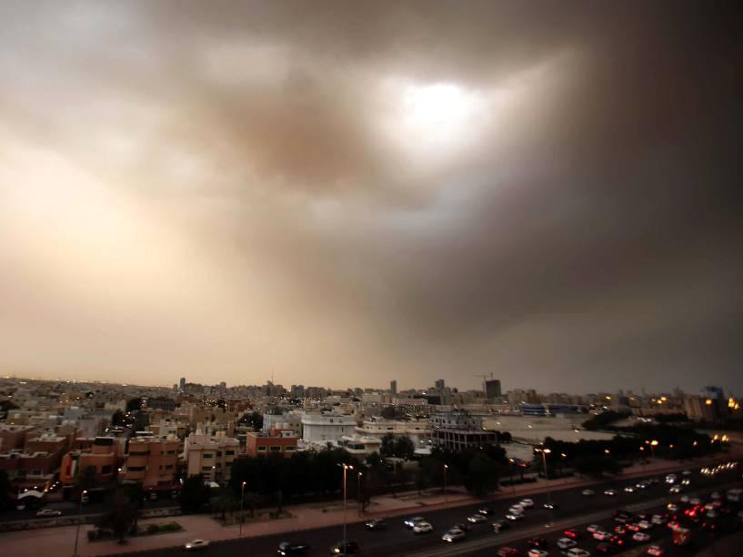Tempestade de areia se formou em Kuwait. O departamento de meteorologia de Kuwait enviou um alerta de que os ventos podem chegar a 70 km por hora