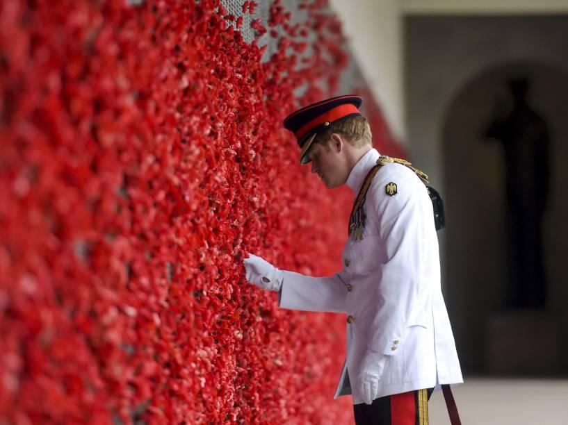 Príncipe Harry coloca flor de papoula no Quadro de Honra, em visita ao Memorial Australiano da Guerra, em Canberra. O príncipe britânico passará um mês entre as Forças Armadas Australianas