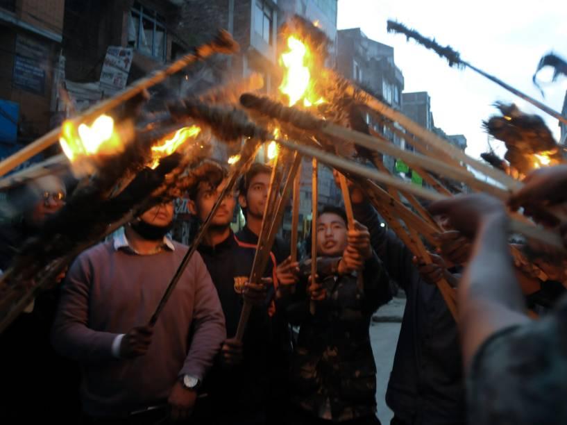 Manifestação no Nepal às vésperas de uma greve nacional de três dias, em Katmandu. A decisão do governo de não buscar acordos em seções ainda em disputa no texto da nova constituição incitou os protestos