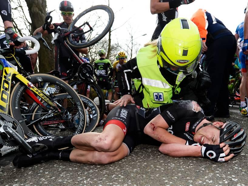 Ciclista irlandês Sam Bennett reage após sofrer uma queda durante a corrida Scheldeprijs em torno da cidade Schoten, na Bélgica
