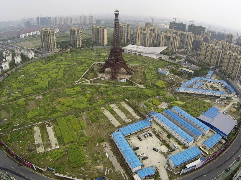 Vista aérea de uma réplica da Torre Eiffel e edifícios residenciais em Hangzhou, província de Zhejiang, na China