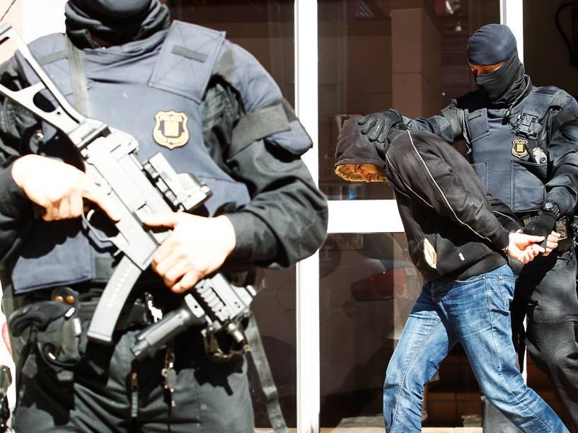 Um homem suspeito de ligações com o Estado Islâmico é preso durante uma operação da polícia anti jihadista em Sabadell, na Espanha - 08/04/2015