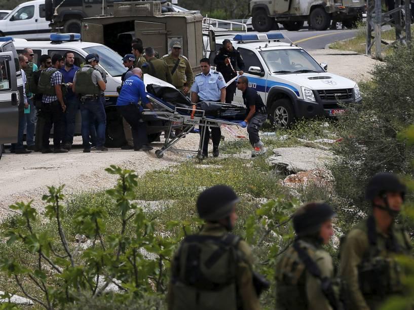 Corpo de palestino que esfaqueou dois soldados israelenses é retirado do local do ataque, em Maale Levona, Israel. Um dos soldados foi atingido no pescoço e levado ao hospital em estado crítico - 08/04/2015
