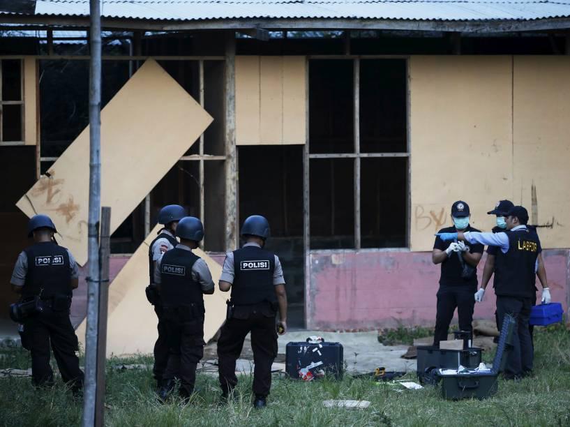 Polícia forense da Indonésia investiga área onde uma explosão deixou quatro feridos nesta quarta-feira - 08/04/2015