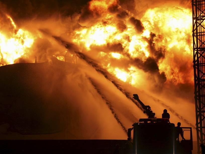 Bombeiros combatem as chamas em uma petroquímica em Zhangzhou, China. O fogo, que já havia sido apagado pelos bombeiros, recomeçou tarde da noite - 08/04/2015