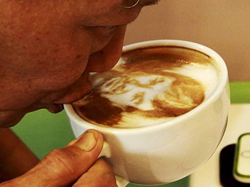 Homem bebe café com desenho do campeão de boxe, Manny Pacquiao, na cafeteria Bunny Maker, Filipinas. Os clientes podem pedir que seu café seja decorado com caricaturas
