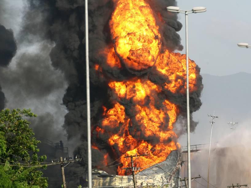 O incêndio no terminal da Alemoa, em Santos (SP), segue pelo oitavo dia consecutivo. As chamas aumentaram e os bombeiros tentam conter os vazamentos antes de aplicarem espuma importada da Alemanha para tentar combater o fogo