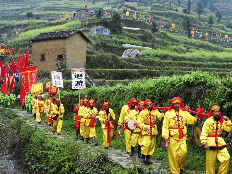 Em Wuyi, na China, camponeses com roupas tradicionais participam de festival para pedir boa sorte nas colheitas