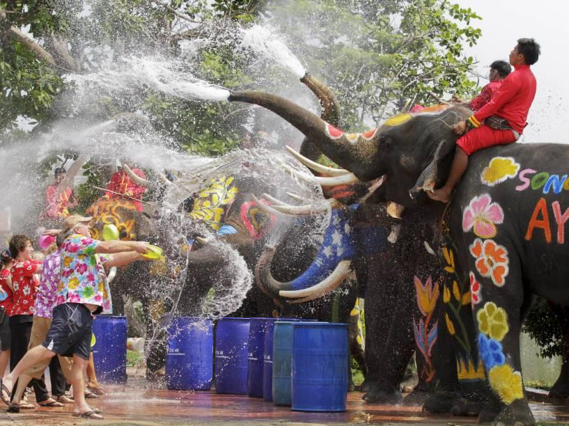Elefantes jogam água em turistas em Bangcoc durante celebração do Songkran, principal festival da Tailândia, que marca o início do Ano Novo Tailandês