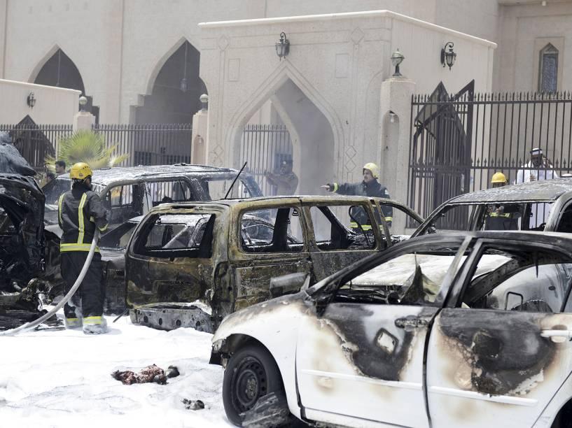 Bombeiros trabalham no local onde um carro-bomba explodiu próximo a uma mesquita na Arábia Saudita - 29/05/2015
