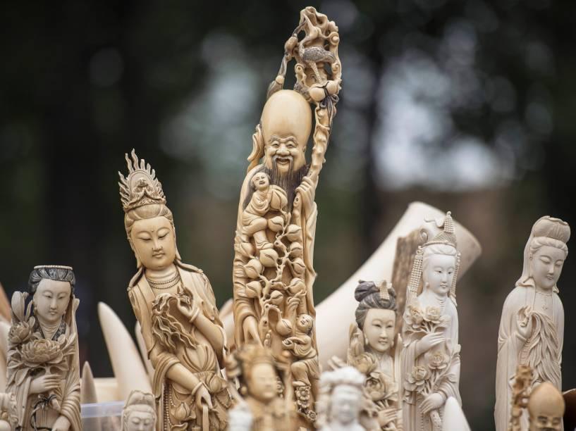 China destrói mais de 600 kg de marfim esculpido - 29/05/2015